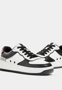 Bershka - MIT PRÄGUNG - Sneakers laag - white - 4