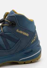 Lowa - ROBIN GTX QC UNISEX - Hiking shoes - stahlblau/senf - 5