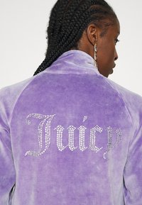 Juicy Couture - TANYA ACID TRACK - Sweater met rits - pastel lilac - 6