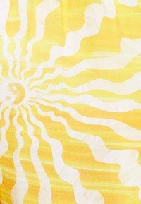 Vintage Supply - WITH RETRO SUN RAYS PRINT UNISEX - Shorts - yellow - 8