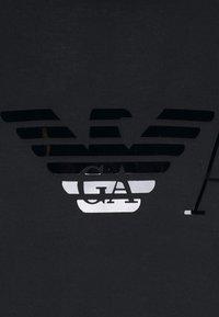 Emporio Armani - T-shirt con stampa - black - 5