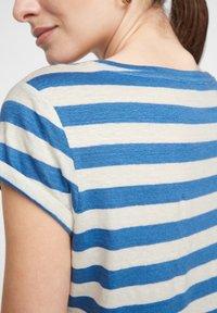 comma casual identity - MIT SCHMUCK-DETAIL - Print T-shirt - royal blue stripes - 4