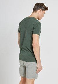 Shiwi - TROPICS PLACED PRINT - Print T-shirt - cilantro - 2