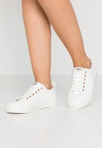 ONLY SHOES - ONLSUNNY SCALOP - Sneakers laag - white - 0