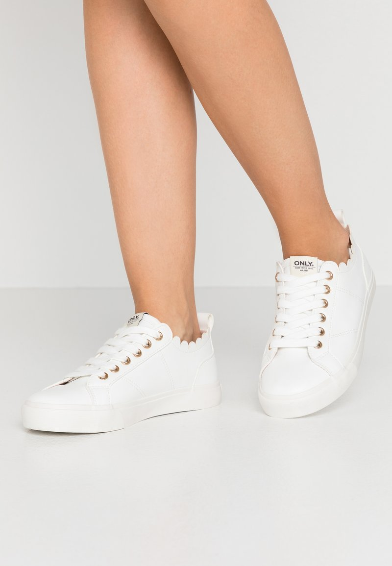ONLY SHOES - ONLSUNNY SCALOP - Sneakers laag - white