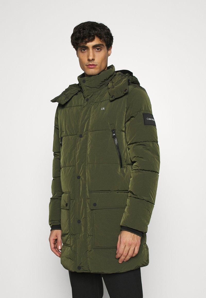 Calvin Klein - CRINKLE LONG LENGTH JACKET - Zimní kabát - green