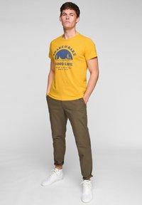 s.Oliver - MIT SCHRIFTPRINT - Print T-shirt - yellow good life print - 1