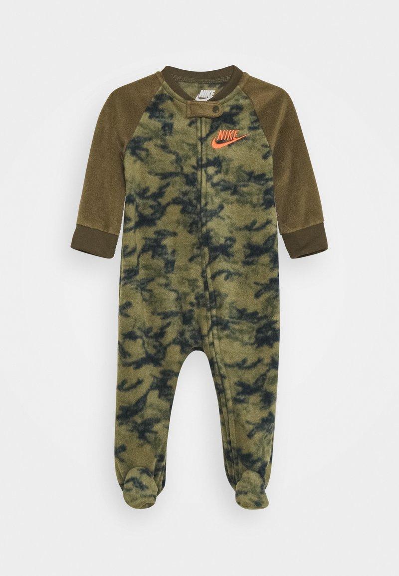 Nike Sportswear - CRAYON CAMO FOOTED COVERALL - Pyjamas - medium olive