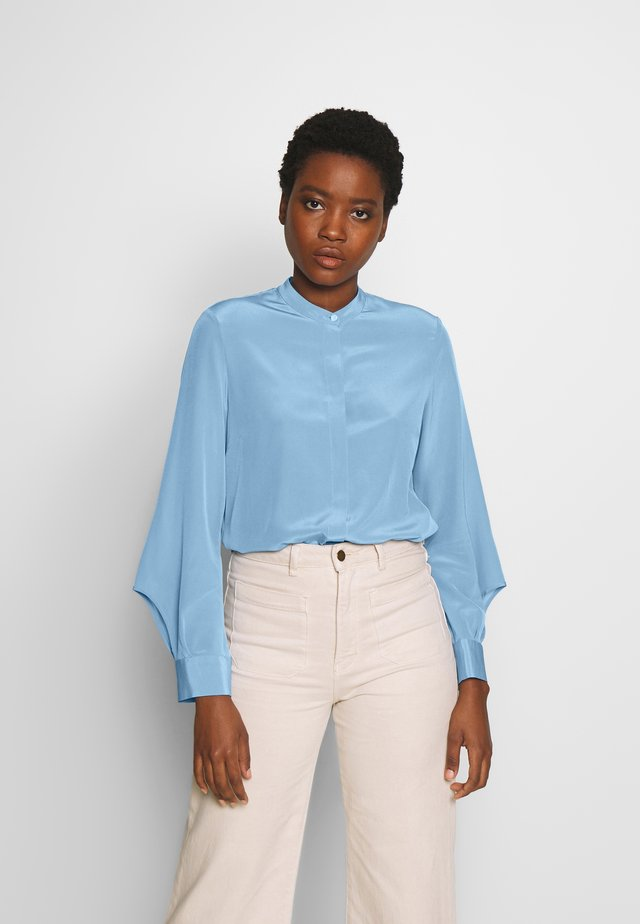 DELICATE SLIT BLOUSE SLIGHTLY RELAXED FIT VOLUMINOUS - Skjortebluser - sky blue