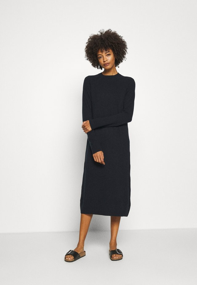 CUALLIE DRESS - Pletené šaty - salute