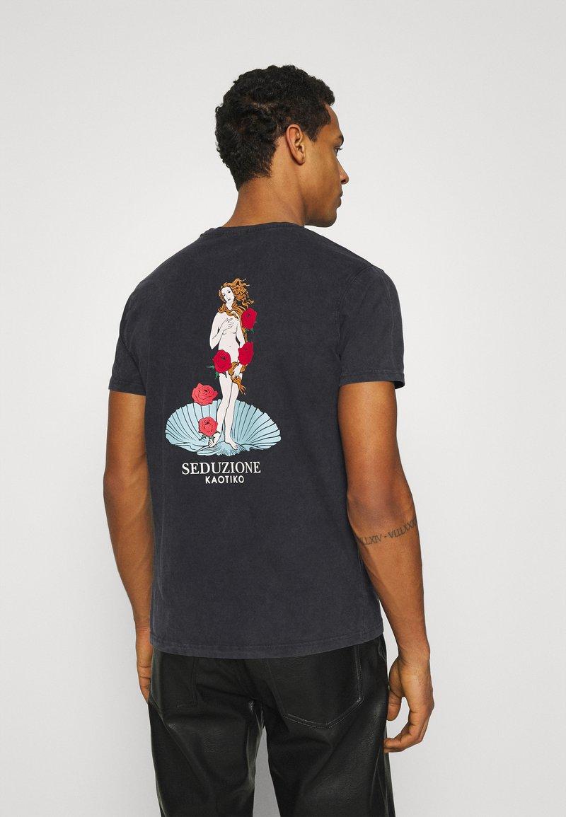 Kaotiko - WASHED VENUS ROSES - Print T-shirt - black acid wash