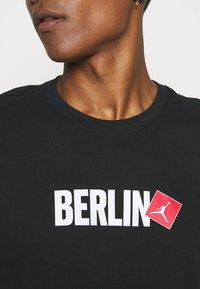 Nike Sportswear - ALUMNI - Träningsbyxor - turf orange - 10