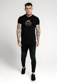 SIKSILK - SIKSILK  PRESTIGE TEE - Print T-shirt - black & gold - 1