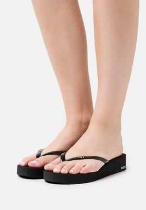 GUSTINA - Sandály s odděleným palcem - black