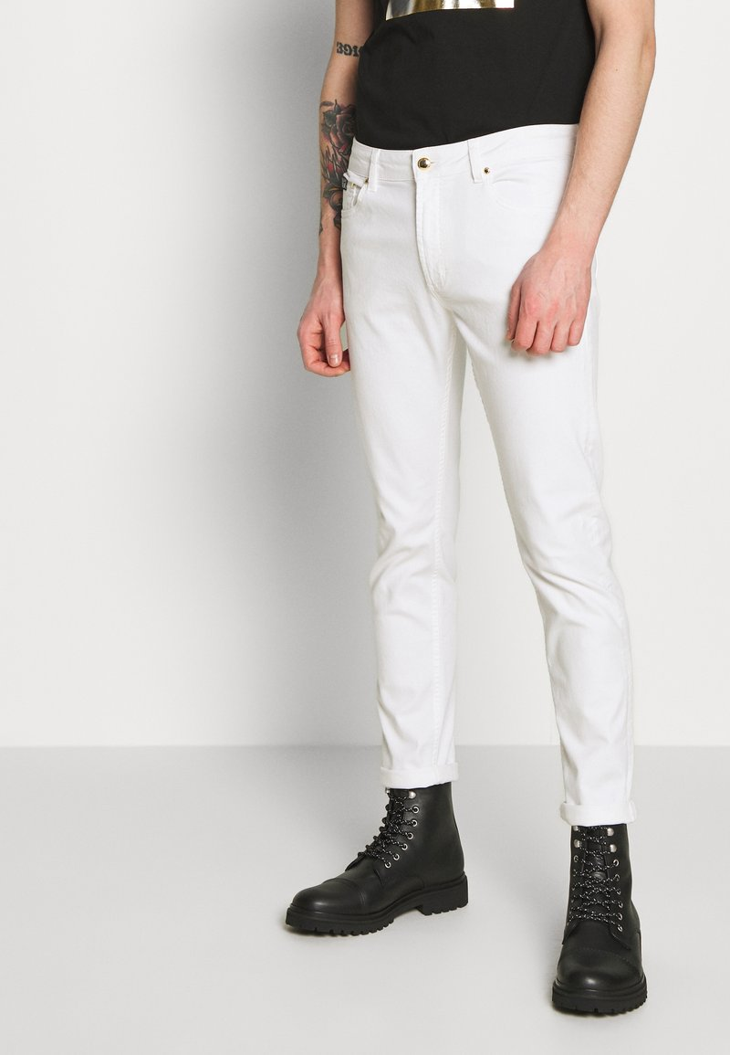 Versace Jeans Couture - NARROW BACK LOGO - Jeans slim fit - white