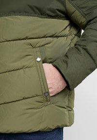 TOM TAILOR MEN PLUS - PUFFER JACKET WITH HOOD - Light jacket - olive drap - 6
