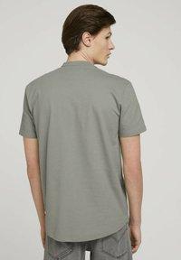 TOM TAILOR DENIM - Camicia - greyish shadow olive - 2