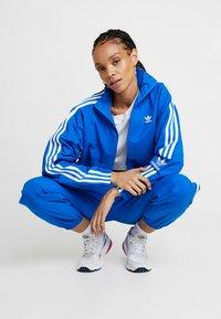 adidas Originals - ADICOLOR SPORT INSPIRED NYLON JACKET - Windbreaker - bluebird - 1