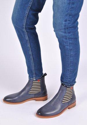 CHELSEA BOOT SUVI MIT STREIFEN UND HERZCHEN - Ankle boots - blau