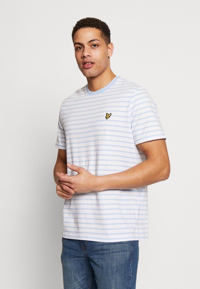 Lyle & Scott - BRETON STRIPE  - T-shirt med print - pool blue/ white