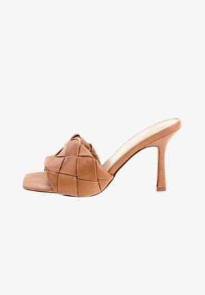 NUERCI - Sandály na vysokém podpatku - brown