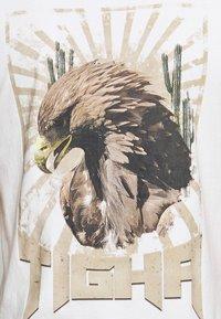 Tigha - VINTAGE EAGLE WREN - T-shirt med print - white - 5