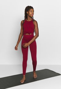 Casall - SEAMLESS LEO STRAP TANK - Top - moving red - 1