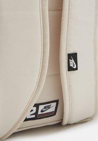 Nike Sportswear - HERITAGE UNISEX - Mochila - light orewood/light orewood/white - 4