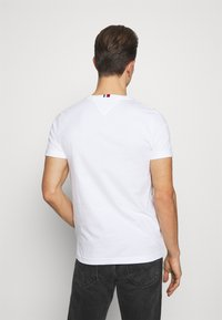 Tommy Hilfiger - ARCHIVE GRAPHIC TEE - T-shirt med print - white - 2