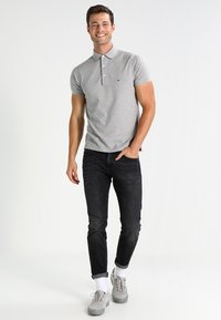 Tommy Hilfiger - BLEECKER - Straight leg jeans - washed black - 1