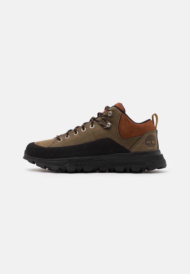 TREELINE LOW - Sznurowane obuwie sportowe - brown
