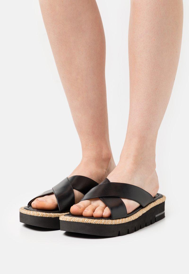 Stuart Weitzman - ROZA LIFT SLIDE - Pantofle - black