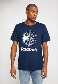 Reebok Classic - BIG LOGO TEE - T-shirt imprimé - conavy - 0