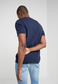 Michael Kors - SLEEK CREW NECK  - T-Shirt basic - midnight - 3