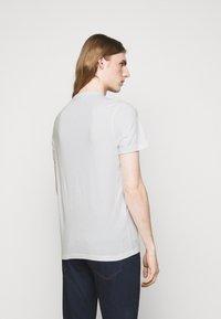 Michael Kors - PALM BLOCK TEE - Print T-shirt - midnight - 2