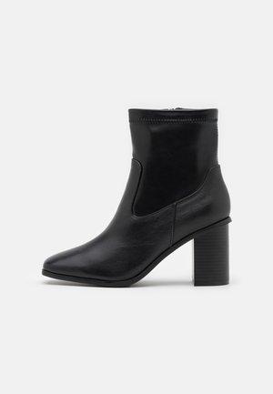 MARTA - Korte laarzen - black