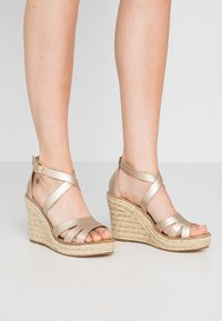 Dorothy Perkins - ROLLY ANKLE CHARM EDGE STAIN WEDGE - Sandály na vysokém podpatku - gold - 0