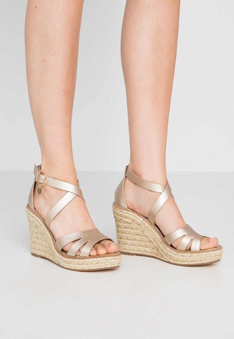Dorothy Perkins - ROLLY ANKLE CHARM EDGE STAIN WEDGE - Sandály na vysokém podpatku - gold