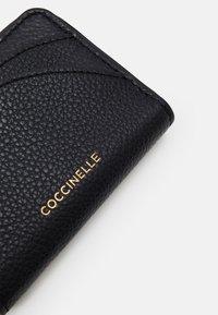 Coccinelle - ZIP CARD CASE - Peněženka - noir - 4