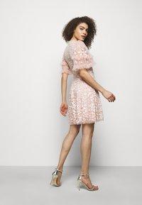 Needle & Thread - AURELIA MINI DRESS - Sukienka koktajlowa - strawberry icing - 2
