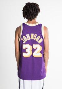 Mitchell & Ness - NBA SWINGMAN LA LAKERS MAGIC JOHNSON - T-shirt de sport - purple - 2