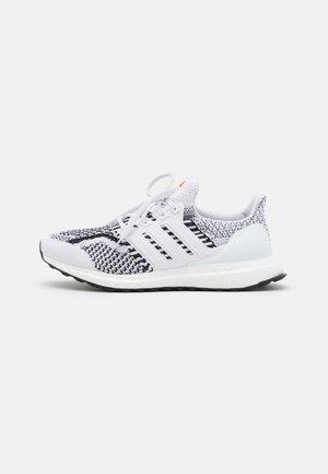 ULTRABOOST 5.0 DNA UNISEX - Juoksukenkä/neutraalit - footwear white/core black