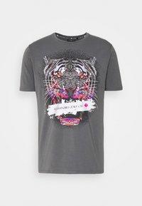 SAVAGE TEE - Print T-shirt - grey