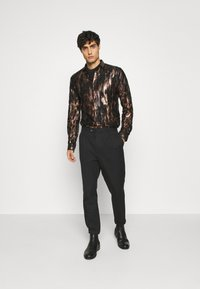 Twisted Tailor - JUNO SHIRT - Camisa - black/gold - 1