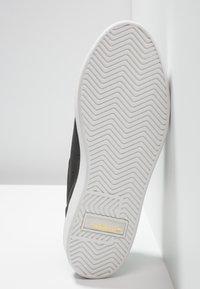 adidas Originals - SLEEK - Sneakers laag - core black/crystal white - 6