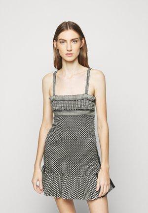 JUDITH - Pletené šaty - black/stone