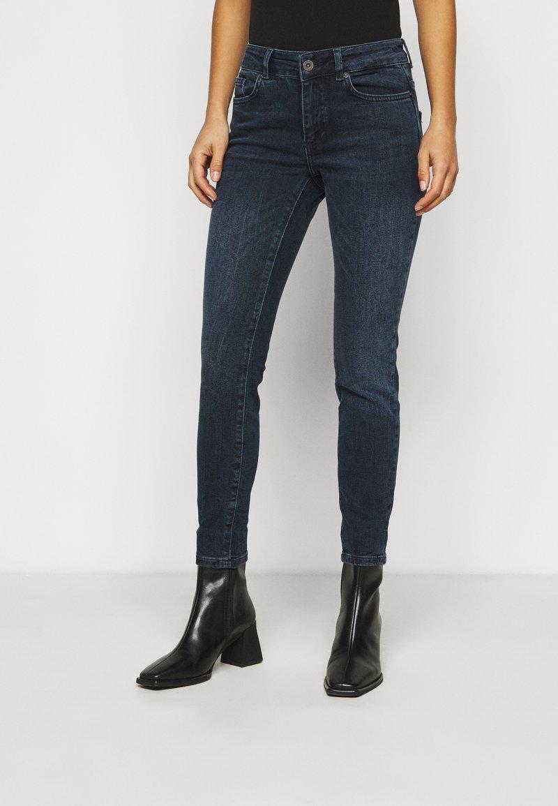Vero Moda Petite - VMELLA - Skinny džíny - dark blue denim/black