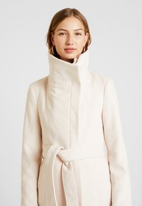 Forever New - PENELOPE WRAP COAT - Korte frakker - cream - 3