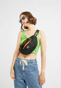 Urban Classics - SHOULDER BAG - Ledvinka - black/orange - 5