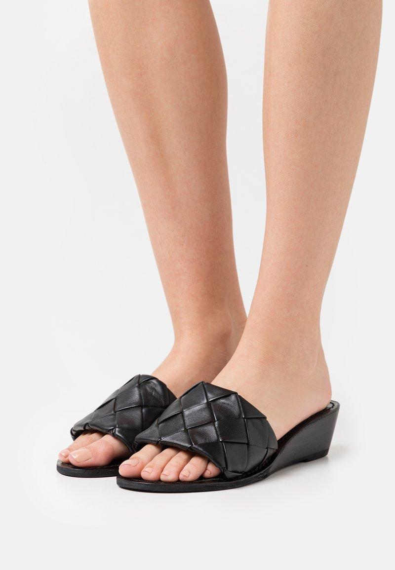 YAS - YASBRANDI WEDGE - Sandály s odděleným palcem - black
